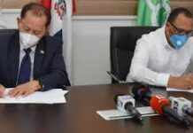El director del Fondo Especial para el Desarrollo Agropecuario (FEDA), ingeniero Efraín Toribio y el director del Instituto de Desarrollo y Crédito Cooperativo (IDECOOP) firman un acuerdo de colaboración y cooperación interinstitucional.